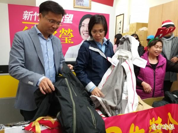 新科新竹縣議員吳旭智(左)表示,學習學姊徐欣瑩(中)照顧弱勢的精神,未來也會持續支持愛心活動,讓有需要的人感受社會溫暖。(記者廖雪茹攝)