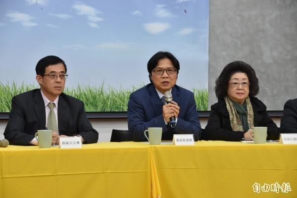 教育部長葉俊榮(中)今天宣布同意管中閔上任台大校長。(記者吳柏軒攝)