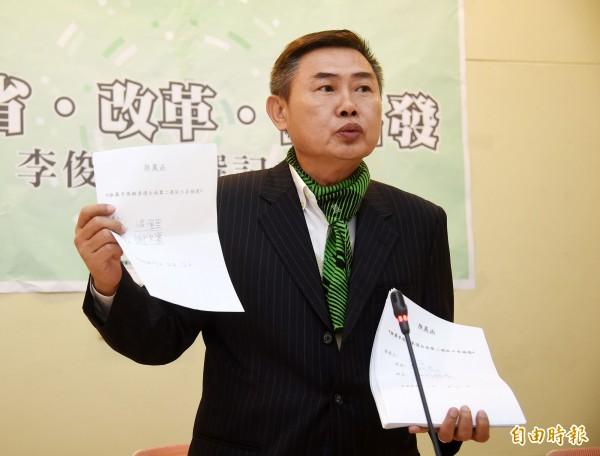 民進黨前副秘書長李俊毅宣布投入台南第二選區立委補選,強調已獲得百名里長親筆簽名連署。(記者黃耀徵攝)