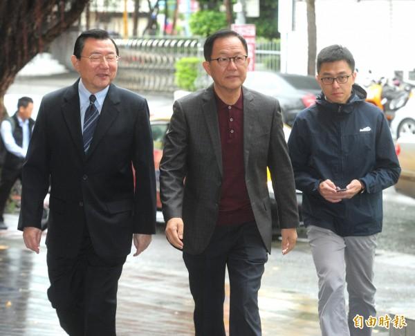 國民黨台北市長候選人丁守中(中)經過聲請驗票後,提起選舉無效訴訟,24日首度開庭。(記者王藝菘攝)
