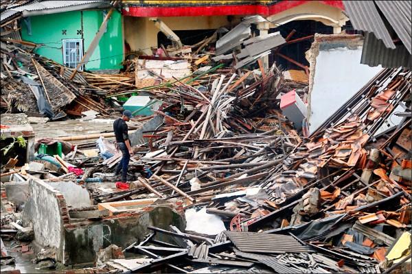 印尼爪哇島與蘇門答臘島之間的巽他海峽,廿二日發生海嘯,倖存的災區居民面對嚴重損毀的家當、僅剩斷垣殘壁的家園,有的不知如何是好。(歐新社)