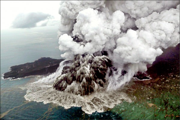 喀拉喀托之子火山正處於活躍階段,巽他海峽再次發生海嘯的可能性仍大。(歐新社)