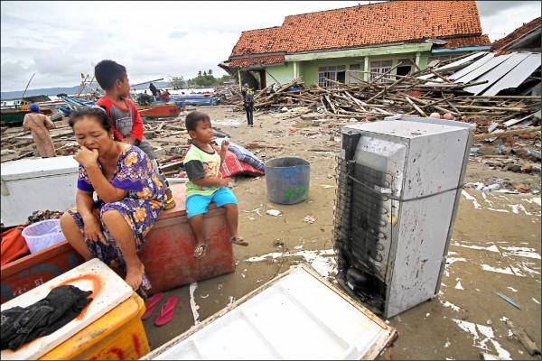 印尼爪哇島與蘇門答臘島之間的巽他海峽,廿二日發生海嘯,倖存的災區居民面對嚴重損毀的家當、僅剩斷垣殘壁的家園,有的不知如何是好。(法新社)