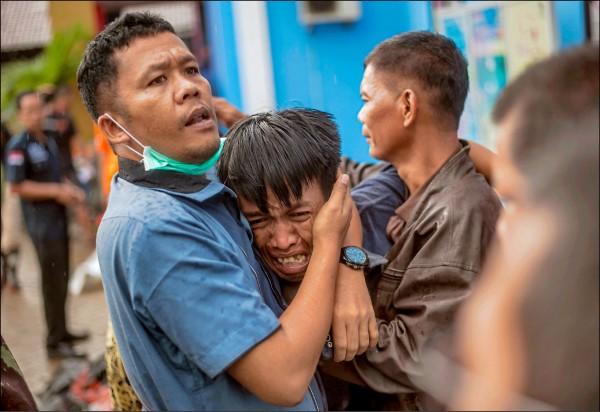 前來認屍的民眾,則在確認親人身亡後痛哭失聲。(美聯社)