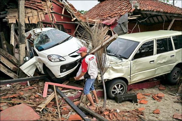災區居民面對嚴重損毀的家當,有的已捲起袖子開始收拾。(彭博)