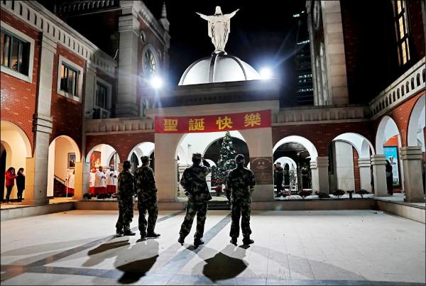 中國各地如往年般瀰漫耶誕慶祝氣氛,但今年至少有四個城市及一個縣,傳出打壓耶誕慶祝活動。圖為上海一所教堂廿四日耶誕夜場景。(路透)