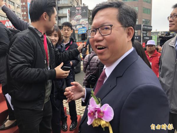桃園市長鄭文燦接受媒體聯訪後自顧自走下台,把夫人林俞汝丟在台上。(記者魏瑾筠攝)