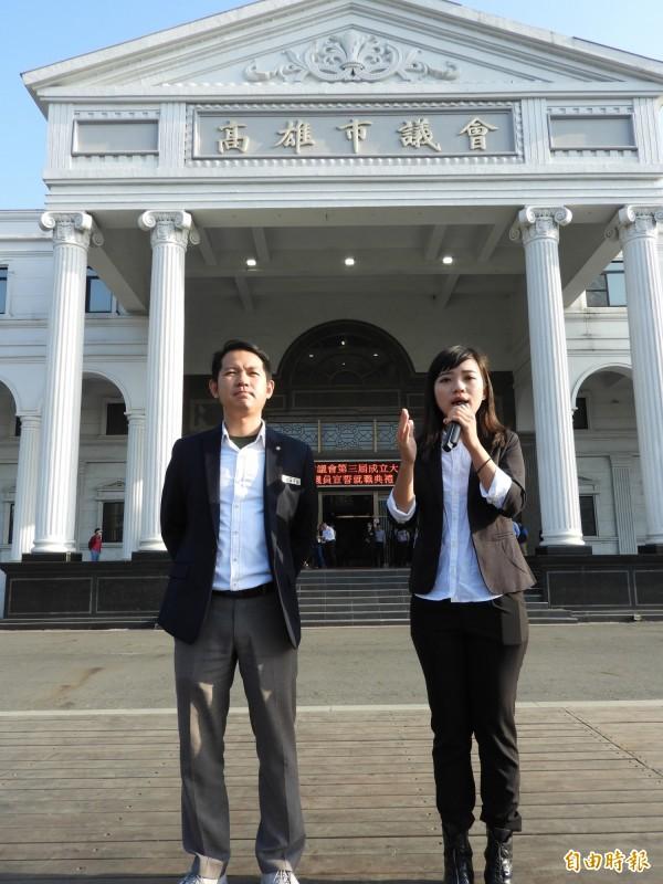 二位高雄時代力量新科市議員黃捷(右)、林于凱(左)於就職前,在議會門口召開記者會。(記者葛祐豪攝)