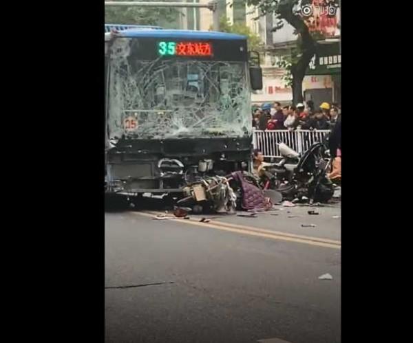 中國一輛公車今(25)日下午遭一名持刀歹徒脅持,歹徒駕駛巴士沿街衝撞行人,造成至少5死21傷。目前歹徒已遭逮捕。(翻攝自新京報)
