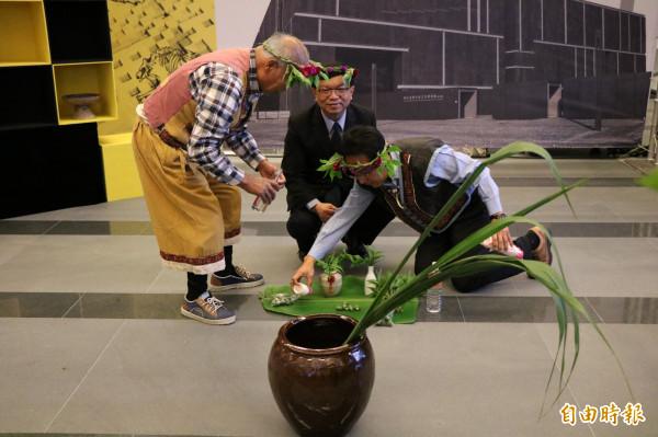 館方邀請西拉雅吉貝耍祭司以傳統「開向祭告」,為考古館祈福揭幕。(記者萬于甄攝)