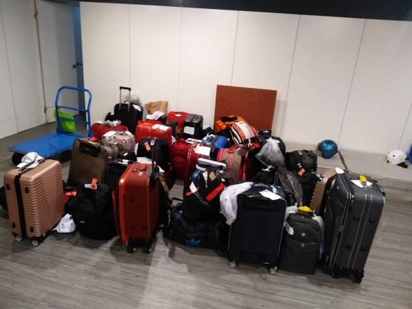 落跑的越南籍旅客多人連行李都沒拿就脫隊失聯。(記者黃良傑翻攝)