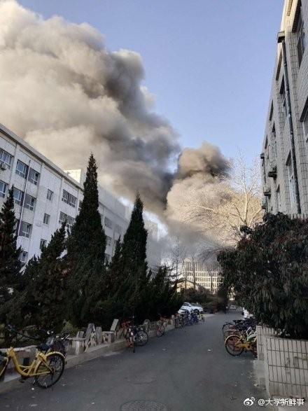 北京交通大學一處實驗室今早驚傳爆炸聲響,疑為實驗不慎發生爆炸,現場火勢猛烈,濃煙密布。(圖擷自微博)