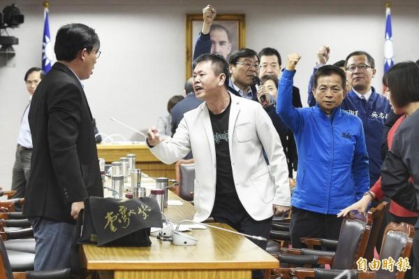 時代力量立委黃國昌(左)與國民黨立委林為洲(中)在立法院司法及法制委員會正面對嗆。(記者陳志曲攝)