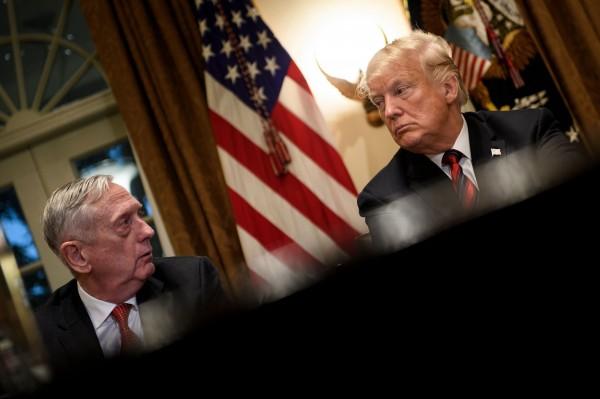 美國防部長馬提斯(左)以意見不合為由,20日宣布請辭,此舉讓外媒開始留意川普往後的南韓政策。(法新社)