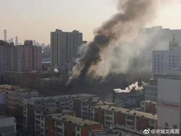 北京交通大學一處實驗室今早驚傳爆炸聲響,疑為實驗不慎發生爆炸,現場一片火海。(圖擷自微博)