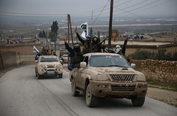 由土耳其支持的敘利亞反抗軍(見圖)已經進駐曼比季(Manbij)附近,準備進剿控制曼比季的庫德族「人民保衛軍」。(法新社)