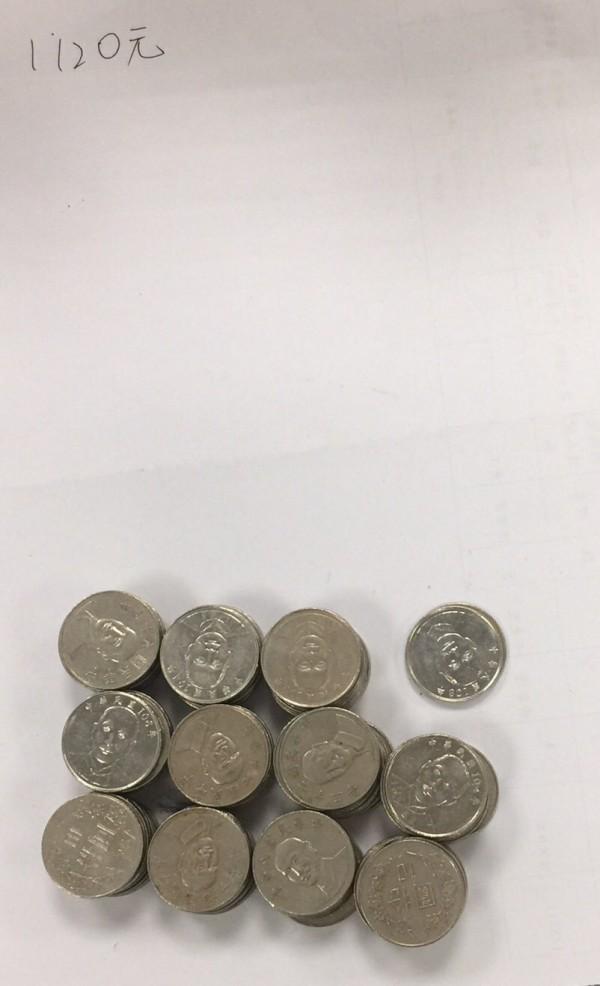 手持剪刀撬開娃娃機台的零錢箱,偷走千餘元的10元硬幣。(記者陳恩惠翻攝)