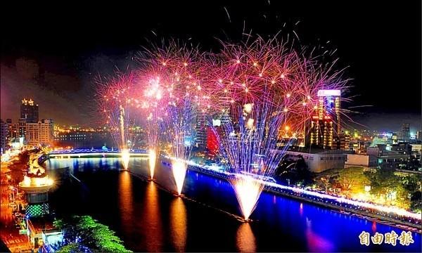 往年在愛河舉行的高雄燈會。(資料照,記者張忠義攝)