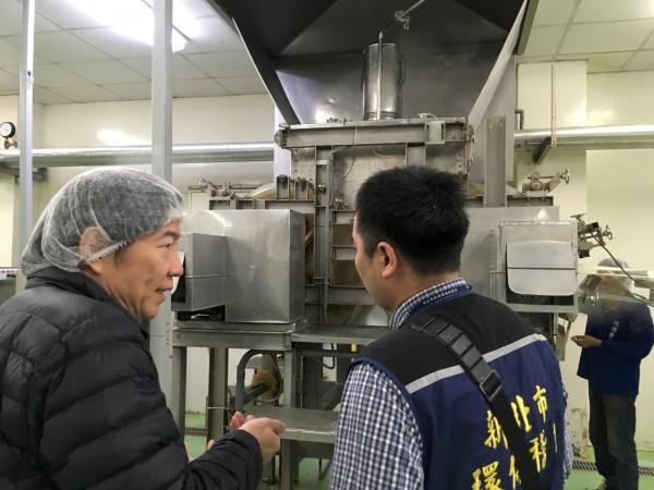 環保局經過連日追查,發現德揚食品工廠排放清洗的強鹼性廢水,依《水污法》第30條規定告發。(新北市環保局提供)