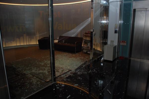 中租迪和公司內部遭砸的狀況。(記者陳恩惠翻攝)