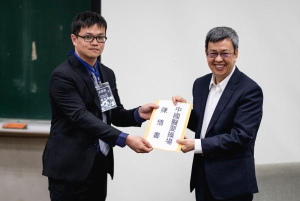 學生代表向陳建仁遞交連署書。(中醫大學生水湳金雞母社提供)