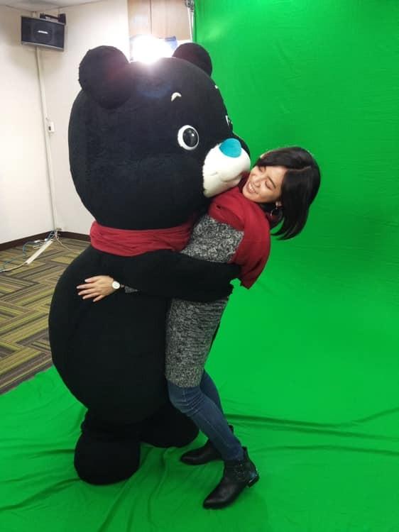 黃瀞瑩今(27)日貼出了被北市吉祥物熊讚「熊抱」的照片,讓網友崩潰直呼:「熊讚必須死!」(圖取自黃瀞瑩臉書)