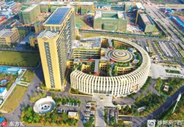 中國網友酸醫院外觀根本就是個大馬桶,並指恰好有衛生紙(圖左下白圓色區塊)。(圖擷取自微博)