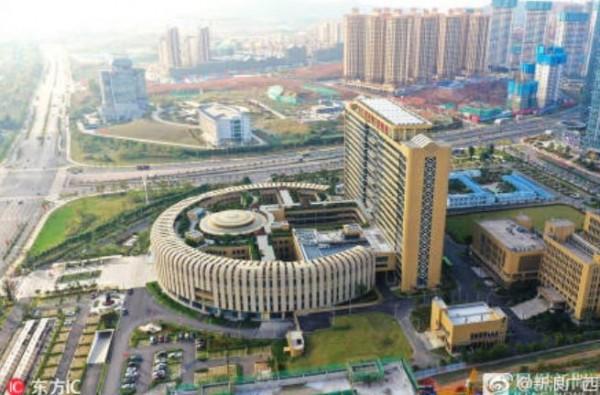 醫院的建築設計相當獨特,以一棟立方體建築與一座圓形迴廊式建築組成。(圖擷取自微博)