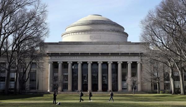 美國名校麻省理工學院(MIT)日前公布提前錄取榜單,有中國媒體發現,獲得提前錄取的707名新生中,沒有來自中國的高中生。(美聯社)