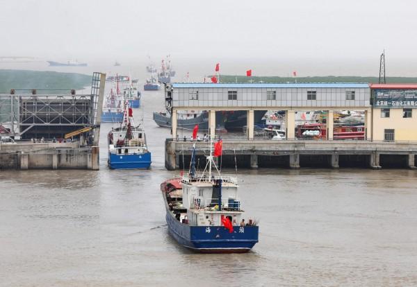 日本官房長官菅義偉在今天指稱,今年11月5日有艘中國漁船越界違法埔漁,而日方在攔截後有10多名職員登船檢查,結果這艘中國漁船竟不顧日方檢查員還在船上,就逕自開船逃跑。圖非當事中國漁船。(法新社)