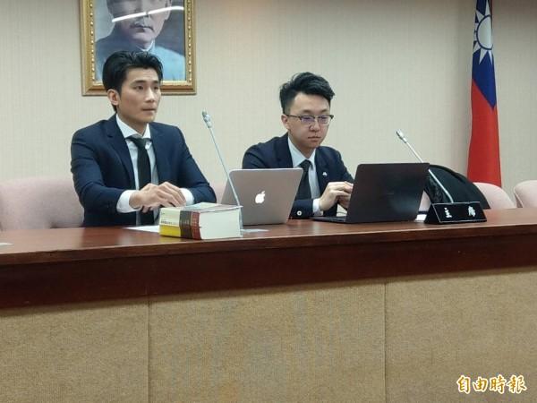 律師陳湘傳(左)、律師閻道至(右)替尤振仲召開記者會。(記者鄭瑋奇攝)