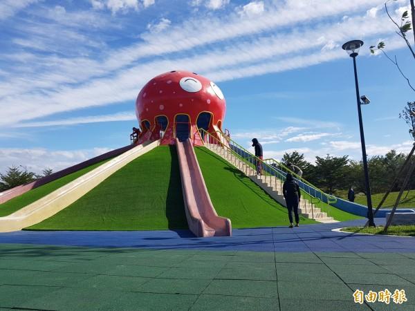 「貓裏喵親子公園」9米高的八爪章魚溜滑梯。(記者彭健禮攝)