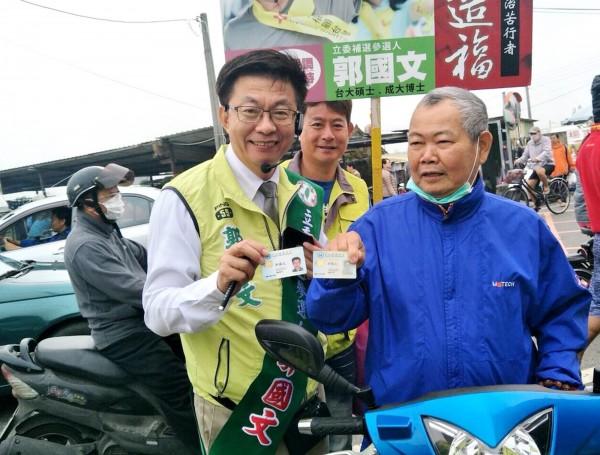 前勞動部次長郭國文(左)行腳基層,全力拜票,爭取鄉親支持。(記者吳俊鋒翻攝)