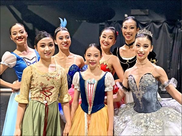 16歲的黎巧翎(前排右1)在芭蕾組獨舞項目奪金,15歲的廖家欣(後排左1)摘銅;陳綺(後排右2)獲得當代組獨舞銅獎。(圖:溪畔舞團提供)