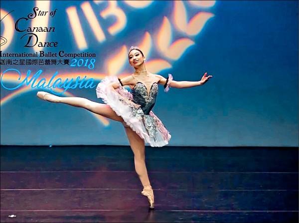 新竹縣「溪畔舞團」日前赴馬來西亞參加「Star of Canaan Dance迦南之星國際芭蕾大賽」,16歲的黎巧翎在芭蕾組獨舞項目奪金。(圖:SCD IBC 提供)