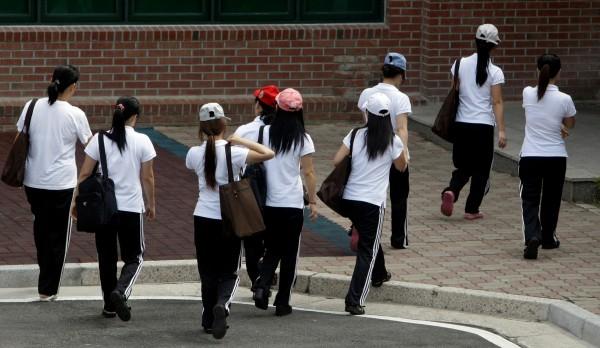 南韓脫北者安置中心的電腦被神秘駭客入侵,導致從北韓逃亡出來的997人個資洩露。圖為一群脫北者走入南韓統一部的機構內。(美聯社)