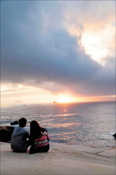 在維納斯海岸,可以坐在玫瑰岩上等著曙光。(記者陳宇睿/攝影)