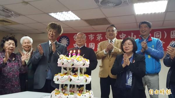 對於台北市長選舉,黃呂錦茹(前一)說:「我們並沒有輸,但是我們贏得太少,沒辦法把票距拉開,才讓柯文哲有機可趁。」(記者楊心慧攝)