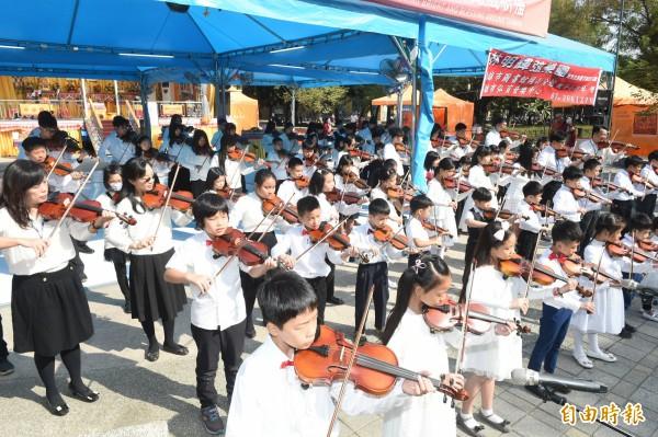 國內罕見的行動佛殿環島祈福法會,今天抵達高雄市三民公園開放信眾參拜,邀請上百位小提琴家-林明輝弦樂團慈善演出,將音樂中的溫暖分享給大家。(記者張忠義攝)