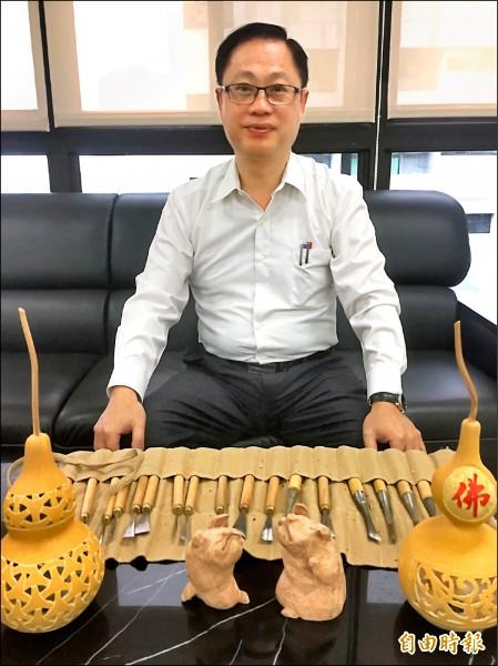 林口警分局副分局長李德川 利用公餘時間學習雕刻。(記者曾健銘攝)
