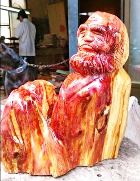 原木在李德川的雕刻下變成栩栩如生的達摩像。(記者曾健銘翻攝)