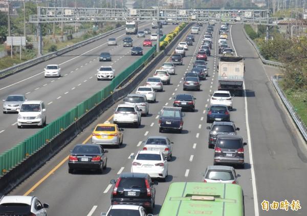 今天是元旦4天連假的第1天,清晨6時國5就已經出現車潮,許多車輛前往東部或南部,已經出現壅塞情況。(示意圖,資料照)