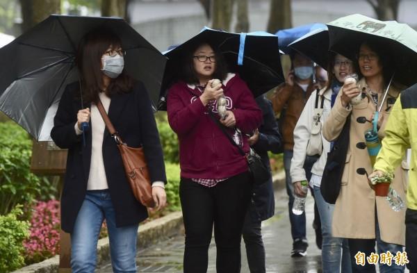 氣象局預估,桃園以北及東部地區,跨年煙火跟元旦升旗都可能在雨中度過。(資料照)