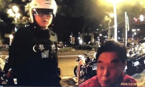 警方對高國華進行酒測。(記者劉慶侯翻攝)