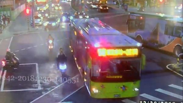 監視器拍下當時公車準備進站,畫面中公車左側的林女(黑衣)誤以為公車惡意逼車,因此引發衝突。(記者曾健銘翻攝)