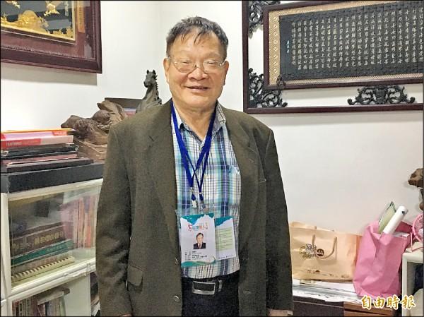 陳校長取得台北、基隆街頭藝人的證照,還會將民眾打賞的現金捐給公益團體。(記者吳昇儒攝)