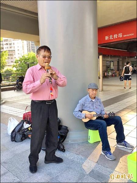 陳萬成時而和伙伴們到捷運站前表演,還將民眾打賞的現金捐給公益團體。(記者吳昇儒攝)