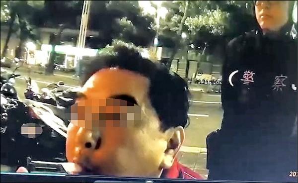 高國華涉嫌酒駕被警查獲。(記者劉慶侯翻攝)