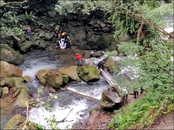 三峽鹿母潭溪昨下午發現一具男屍,身上多處瘀青。(記者吳仁捷翻攝)