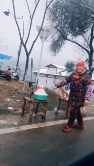 中國四川成都地區近日罕見降下大雪,有大媽便嗅到「商機」,乾脆在路邊擺攤賣起「雪」來。(圖擷取自微博)